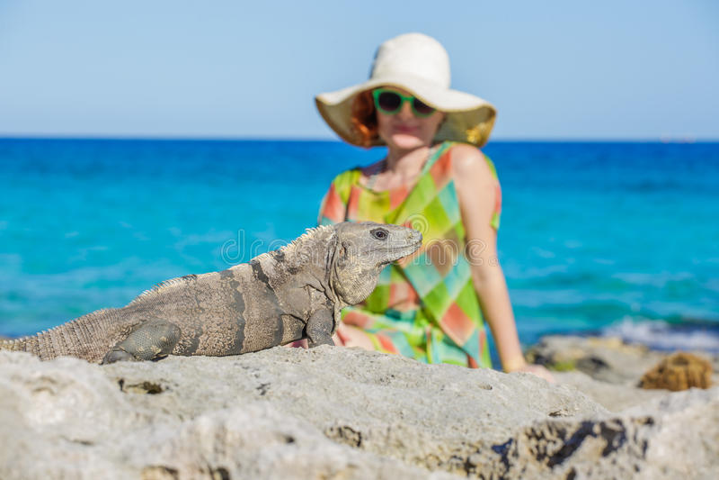 妇女和鬣鳞蜥 免版税库存照片