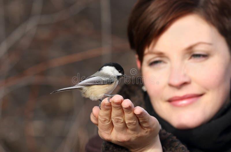 妇女和鸟 免版税库存照片