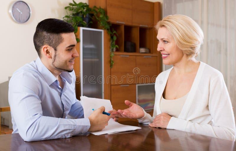 Download 妇女和年轻未婚夫签署的婚姻财产契约 库存照片. 图片 包括有 人们, 表面, 大使, 浪漫, 藏品, 成熟 - 59101582