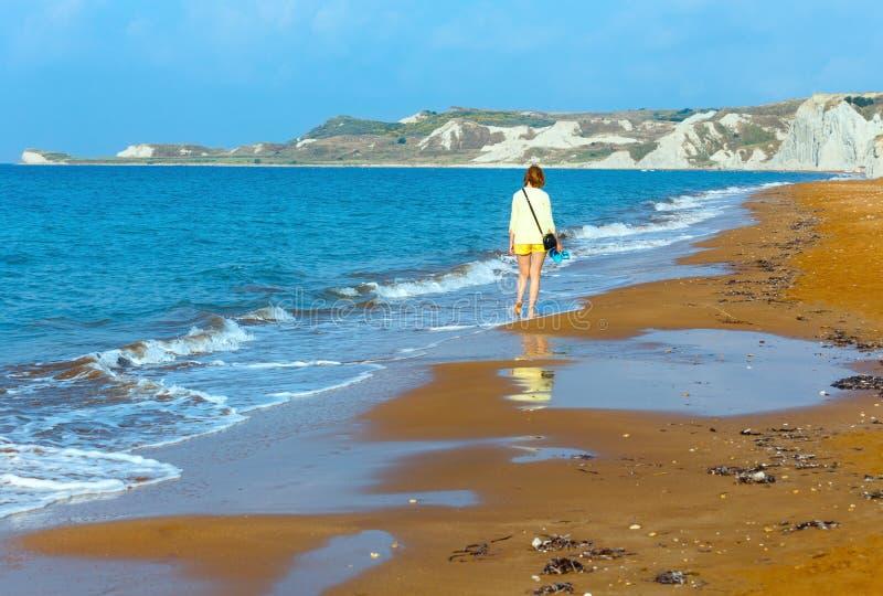 妇女和XI海滩早晨视图(希腊, Kefalonia) 免版税库存照片