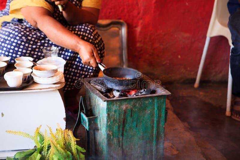 妇女咖啡为游人做准备用一个传统方式 免版税库存图片