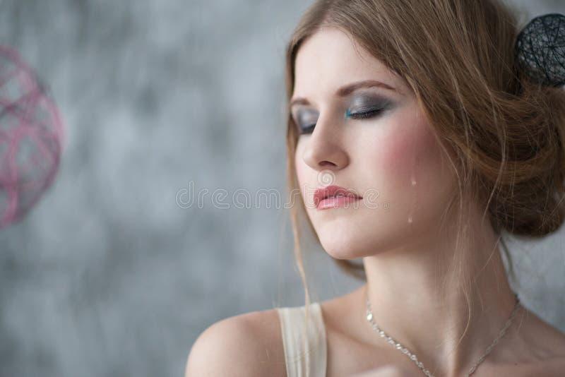 妇女哭泣与在面孔的泪花 免版税库存照片