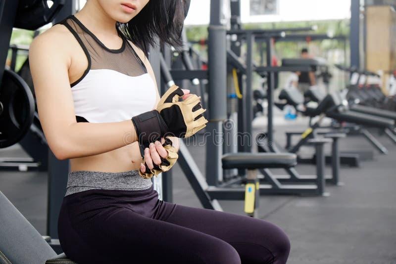 妇女商品在健身健身房的健身手套 免版税库存照片