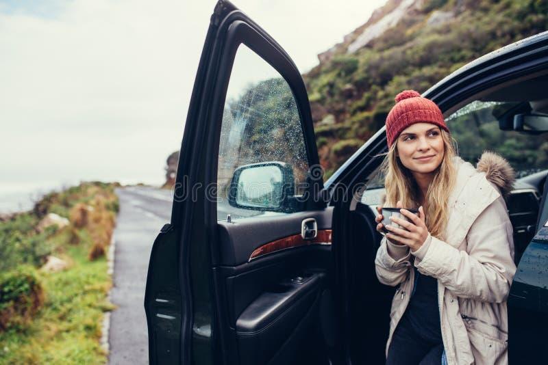 妇女喝咖啡在旅行期间 图库摄影