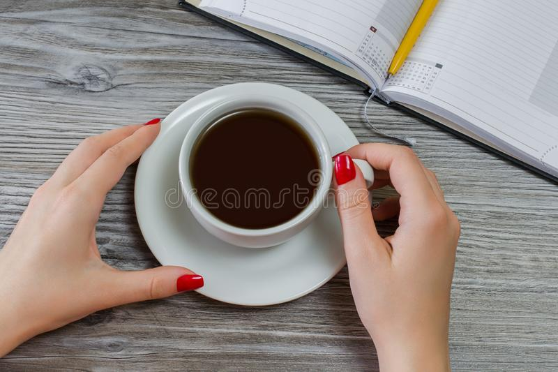 妇女喝茶,当有时间从写和学习时 停留断裂业务会议休息放松早晨饮料ha 免版税库存照片