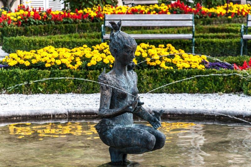 妇女喷泉在Mirabell庭院里 免版税图库摄影