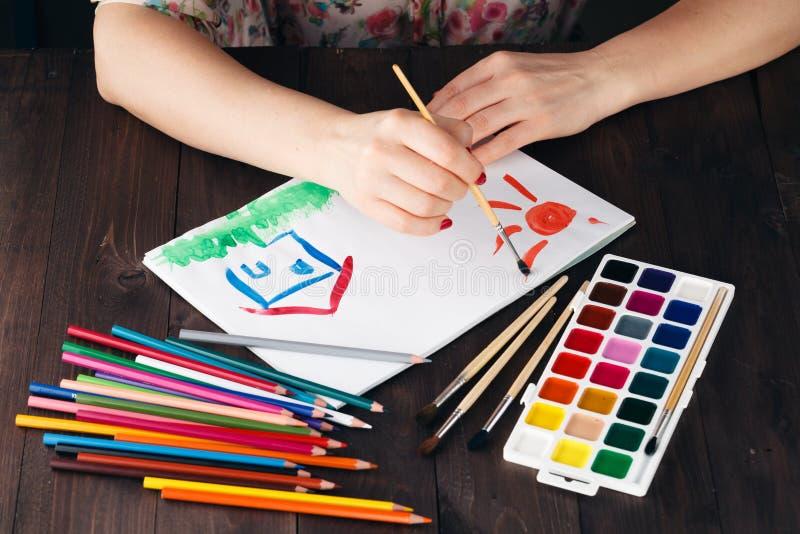 妇女图画作为庄园的概念的家庭房子 免版税库存图片