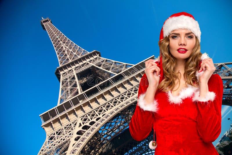 妇女圣诞老人艾菲尔铁塔 免版税库存照片