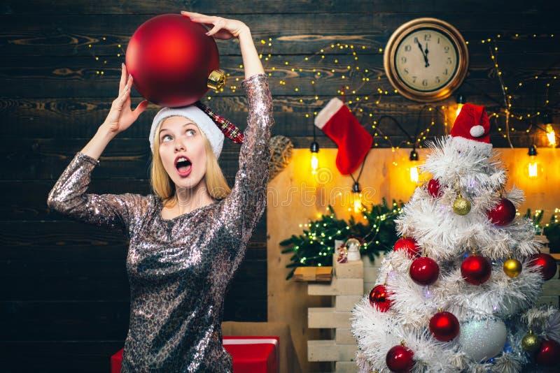 妇女圣诞节 愉快的情感 有圣诞礼物礼物的妇女 圣诞节的肉欲的女孩 概念查出的惊奇白色 免版税库存图片