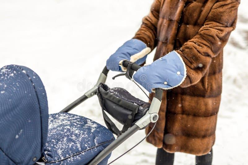 妇女在一张温暖的羊皮手套递 免版税图库摄影