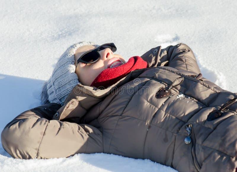 妇女在与太阳镜contemplati的深干净的雪放置  库存照片