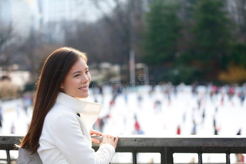 妇女在中央公园,纽约 免版税库存照片
