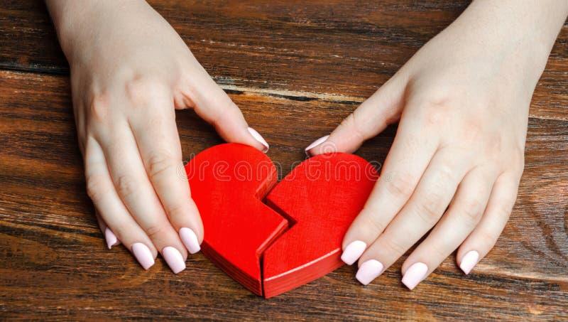 妇女在他的手上收集伤心 爱和关系的概念 家庭心理治疗家服务 ?? 免版税图库摄影