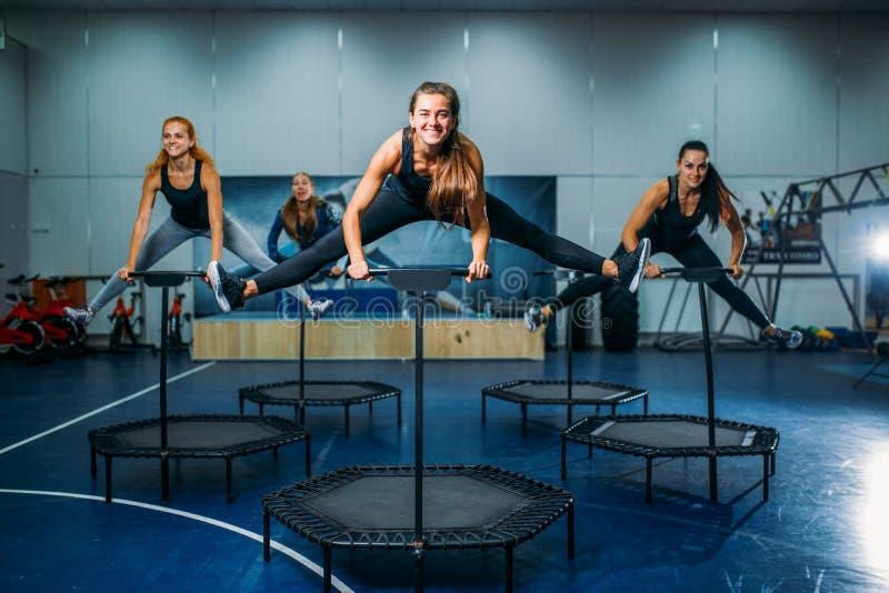 妇女在体育绷床,健身锻炼编组 免版税库存照片