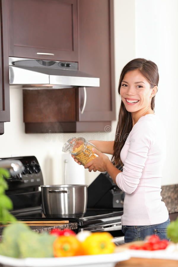 妇女在做食物的厨房里 库存照片