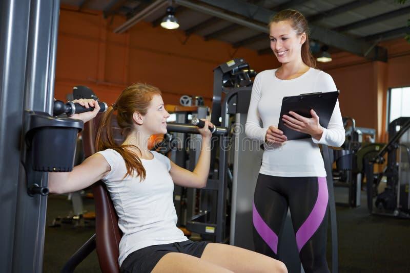妇女在健身中心 库存照片