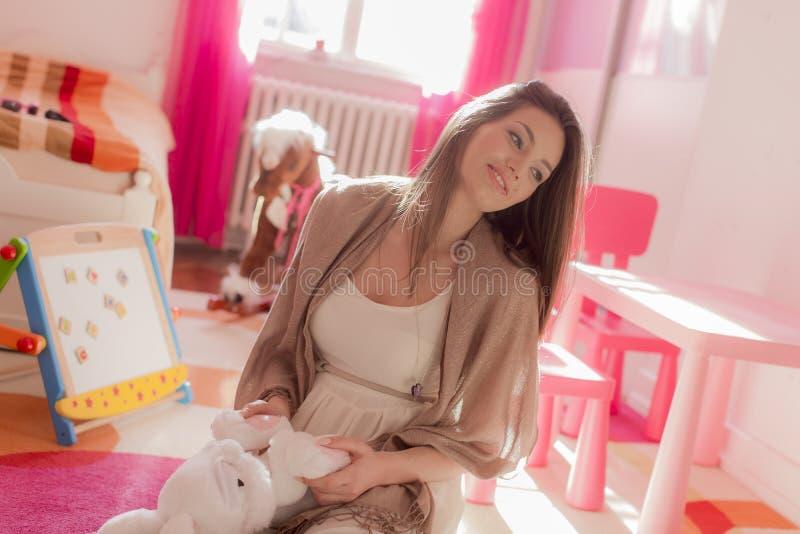 妇女在儿童居室 免版税图库摄影