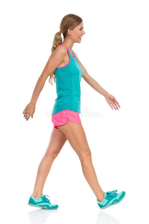 妇女在全长体育的衣裳走 免版税图库摄影