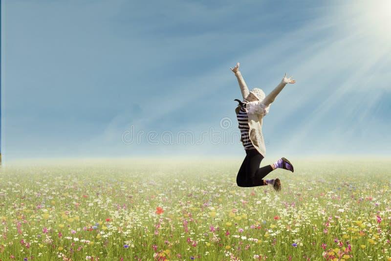 妇女在公园跳 免版税库存图片