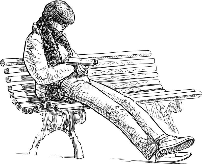妇女在公园长椅读 皇族释放例证