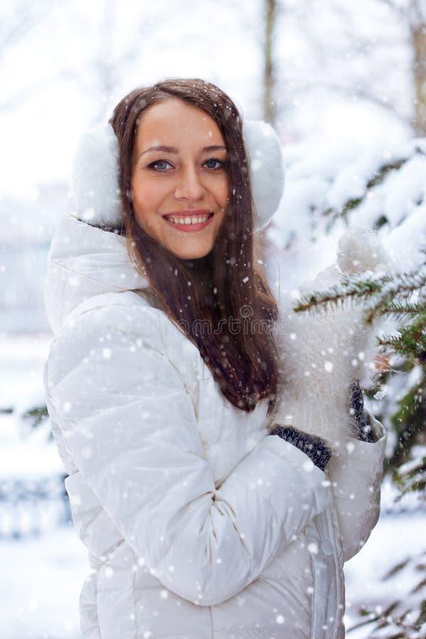 妇女在冬天公园 库存图片