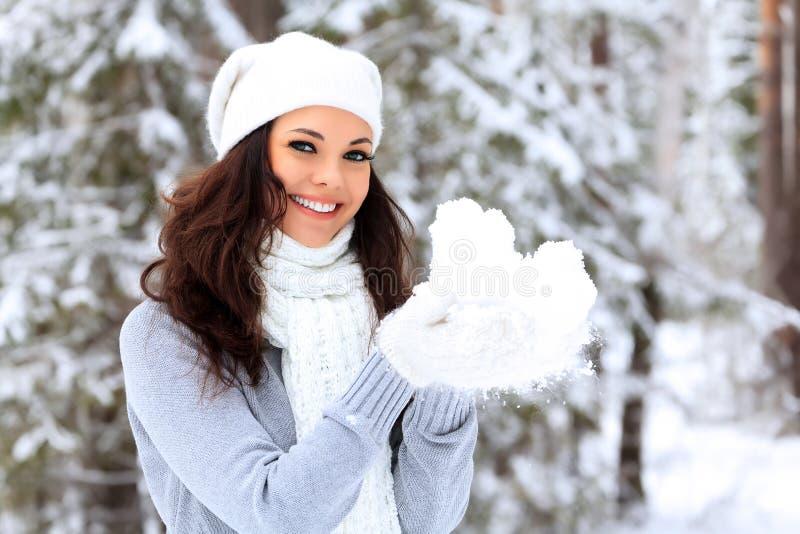妇女在冬天森林里 免版税库存照片