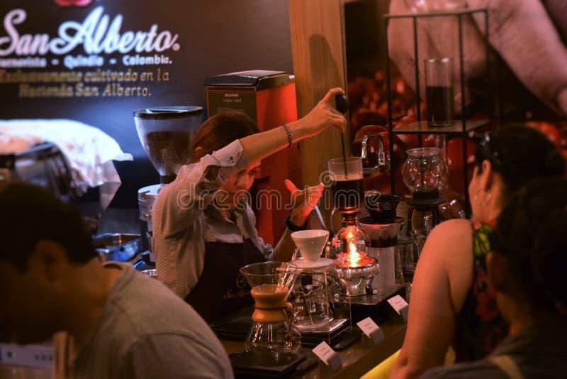 妇女在准备咖啡的哥伦比亚 免版税库存照片