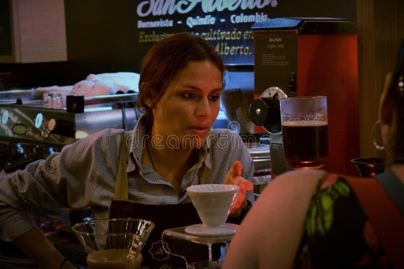 妇女在准备咖啡的哥伦比亚 库存照片