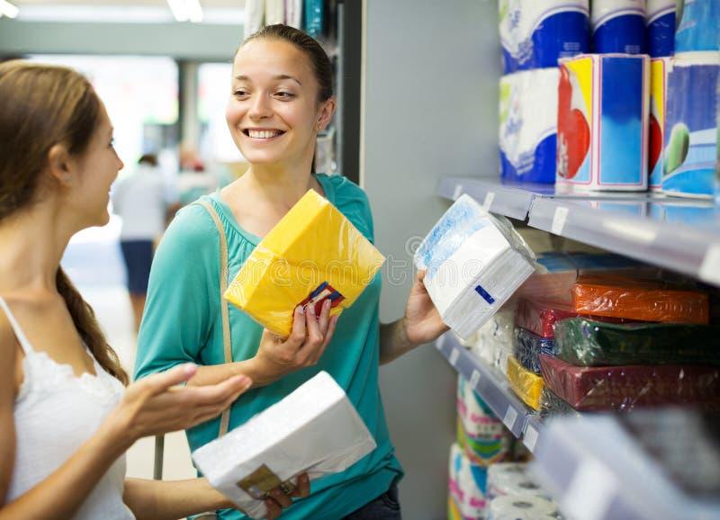 妇女在商店选择餐巾 库存图片