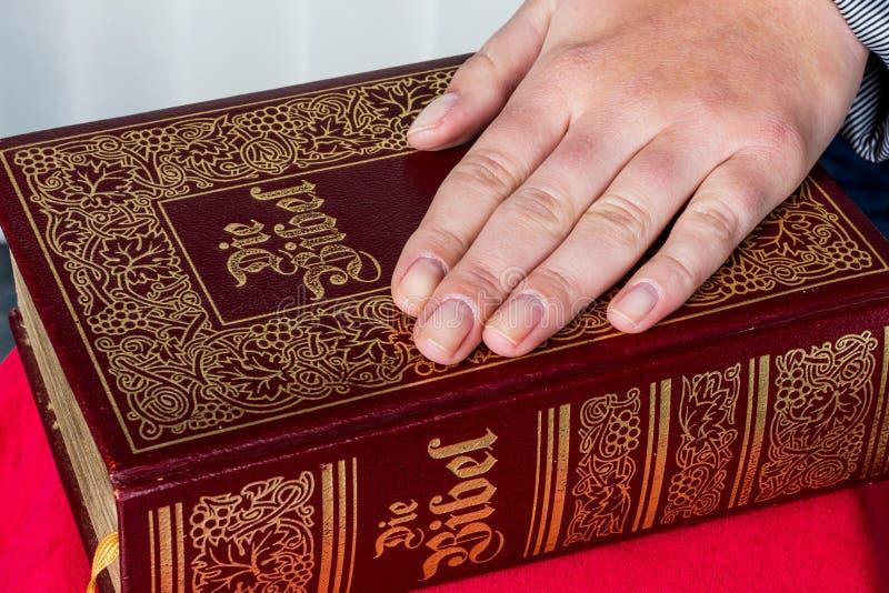 妇女在圣经发誓 库存图片