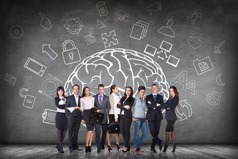 妇女在大被画的脑子旁边站立 免版税库存图片