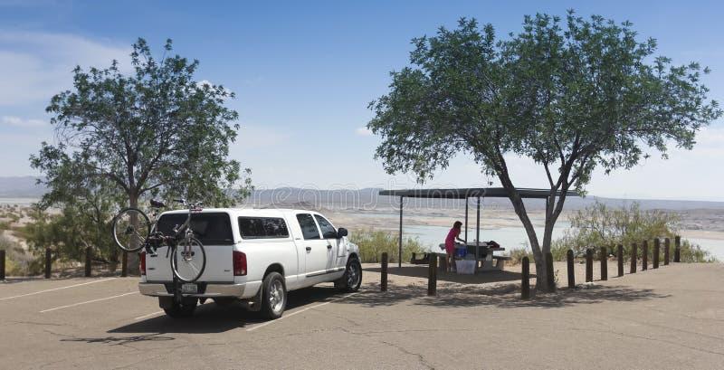 妇女在大象Butte湖准备一顿野餐 库存图片