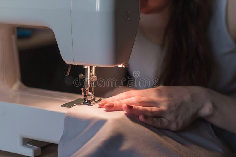 妇女在她缝合后的` s手 缝合的过程 免版税库存图片