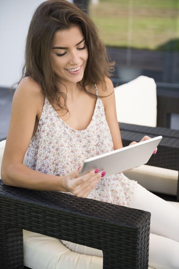 妇女在家大阳台 免版税库存照片