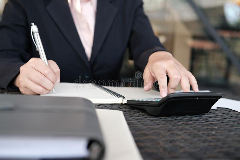 妇女在家计算国内汇票 使用calc的女实业家 库存图片