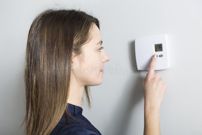 妇女在家设置了温箱 图库摄影