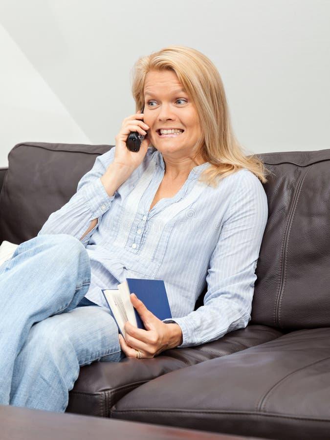 妇女在家谈话在电话 库存图片