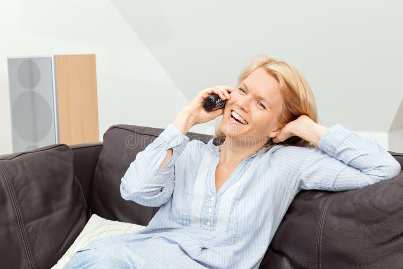 妇女在家谈话在电话 图库摄影