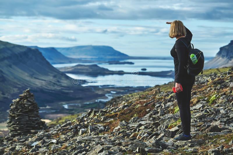妇女在山的一串足迹旅行 库存照片