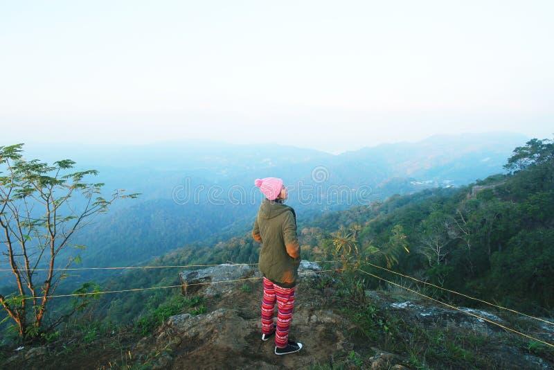 妇女在山的旅行自然 免版税库存图片