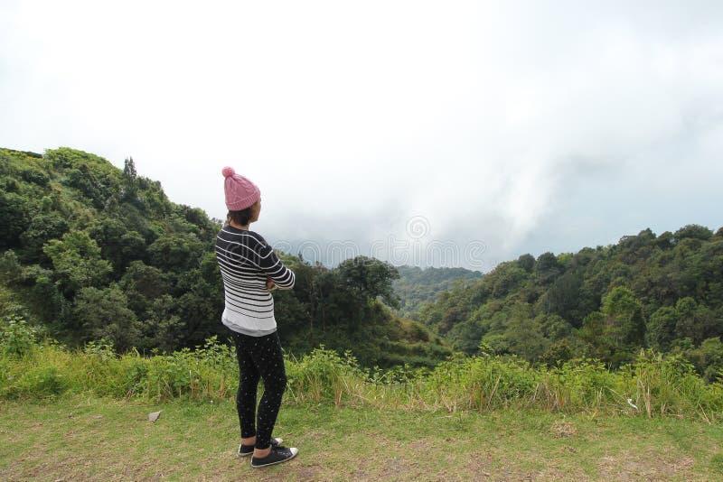 妇女在山的旅行自然 库存图片