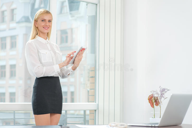 妇女在工作 看起来年轻和确信的女商人forwar 库存图片