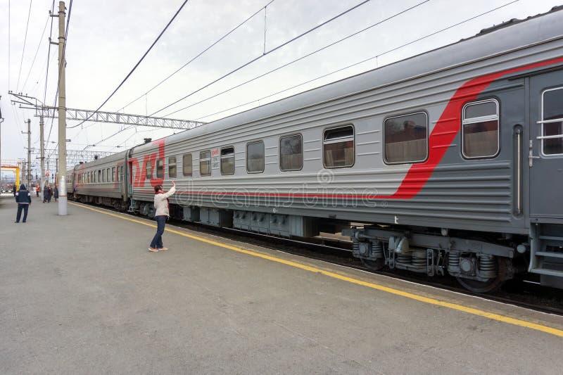 妇女在巴拉宾斯克火车站的平台支持俄国铁路训练 图库摄影
