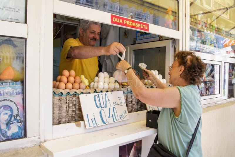 妇女在市场买鸡蛋 免版税库存照片
