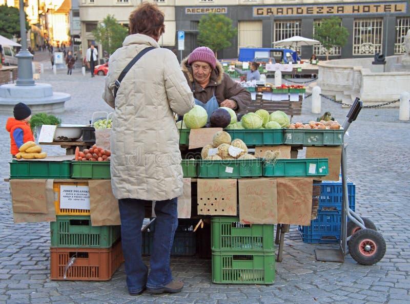 Download 妇女在布尔诺卖在街市上的菜,捷克语 编辑类库存照片. 图片 包括有 布琼布拉, 楼梯栏杆, 中心, 户外 - 72358903