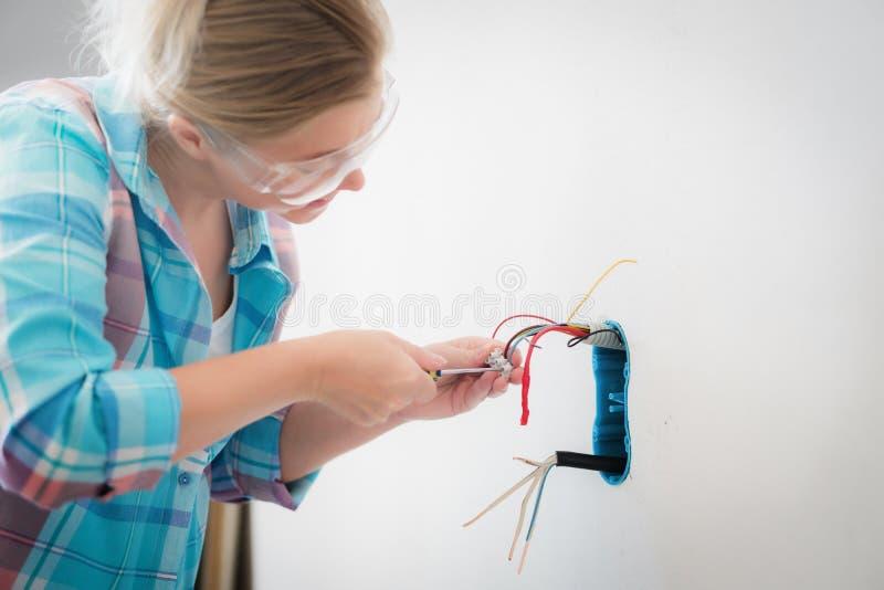 妇女在房子的电工工作 专业工作者 库存图片