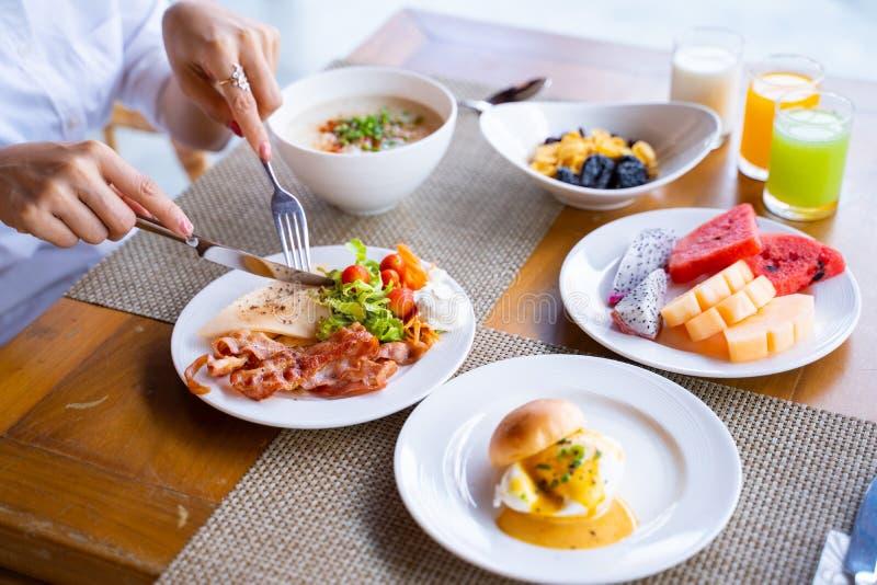 妇女在旅馆吃早餐 免版税库存图片