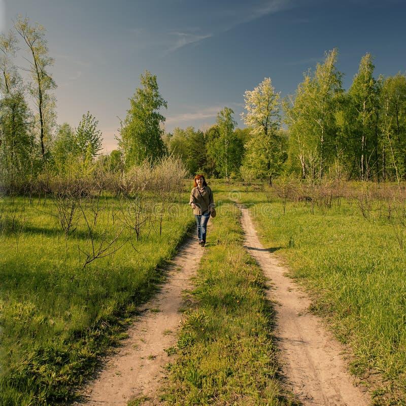 妇女在春天森林散步