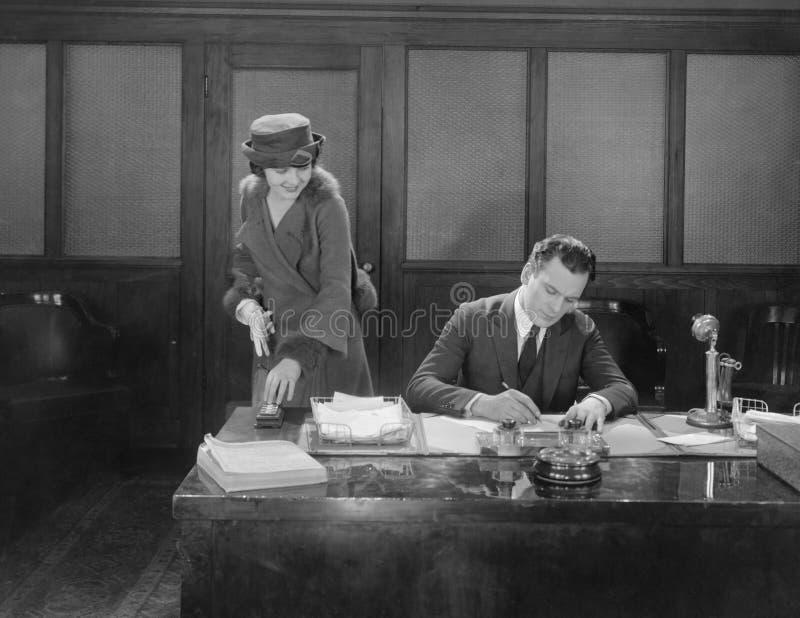 妇女在有商人工作的办公室(所有人被描述不更长生存,并且庄园不存在 供应商保单Th 免版税库存图片
