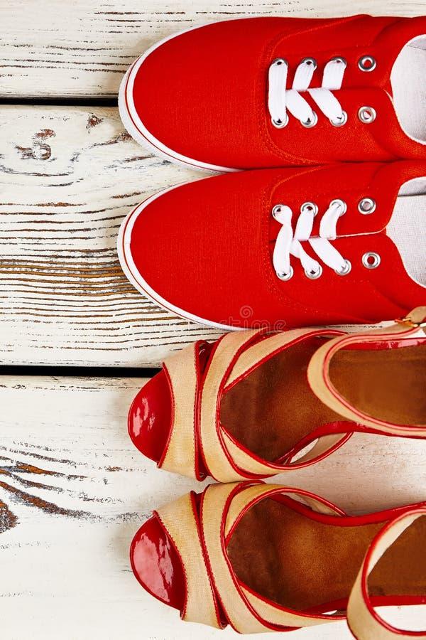 妇女在木背景的` s鞋类 免版税库存图片